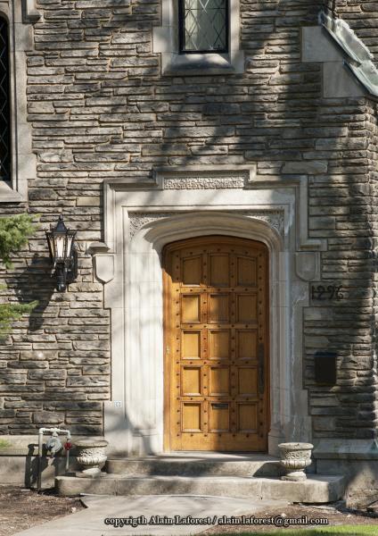 Portail d'entrée arqué de la maison Ross Huntington McMaster, encadré par son archivolte.