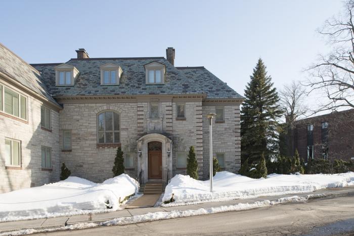 Façade principale de la maison R. Reid Dobell et son portail d'entrée à arc surbaissé qui se prolonge par un ressaut mis en évidence par l'insertion de briques d'argile.