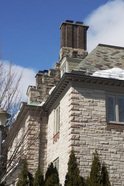 Détails de la corniche, d'un mur-pignon découvert à degrés qui simule un mur mitoyen et de la haute cheminée de la maison R. Reid Dobell.