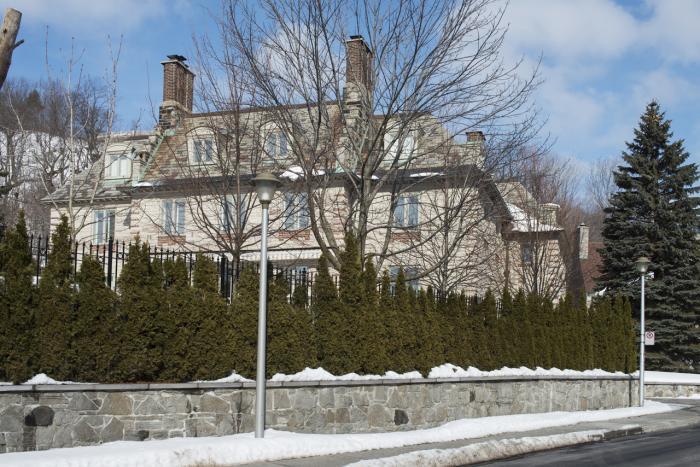 Façade arrière de la maison R. Reid Dobell qui présente un corps central en saillie flanqué d'ailes symétriques légèrement en recul.