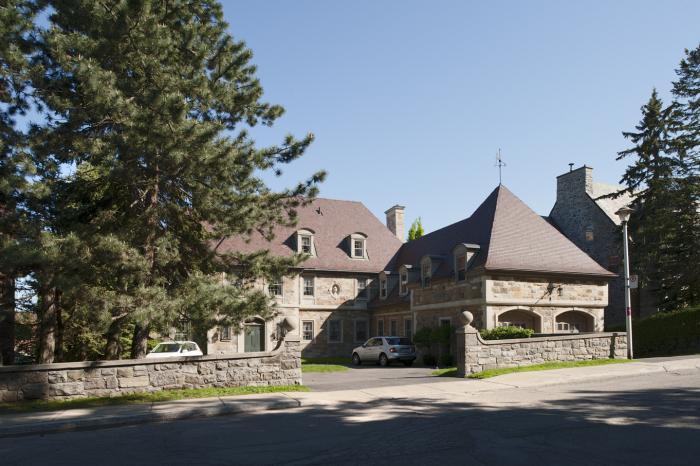 Façade principale de la maison Francis Stuart-Molson montrant le mur d'enceinte et la petite cour d'entrée. Photographie.