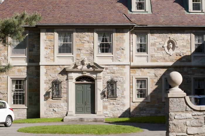 Détail de la décoration architecturale de l'entrée principale de la maison Francis Stuart-Molson. Photographie.