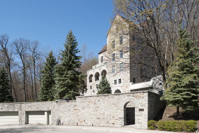 La maison William Caldwell Cottingham adossée au parc du Mont-Royal domine le paysage.
