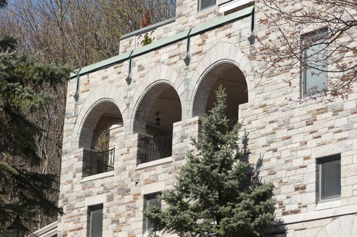 Galerie haute ouverte avec sa triple arcade. Le revêtement de la maison William Caldwell Cottingham est en pierre calcaire taillée d'appareil irrégulier.