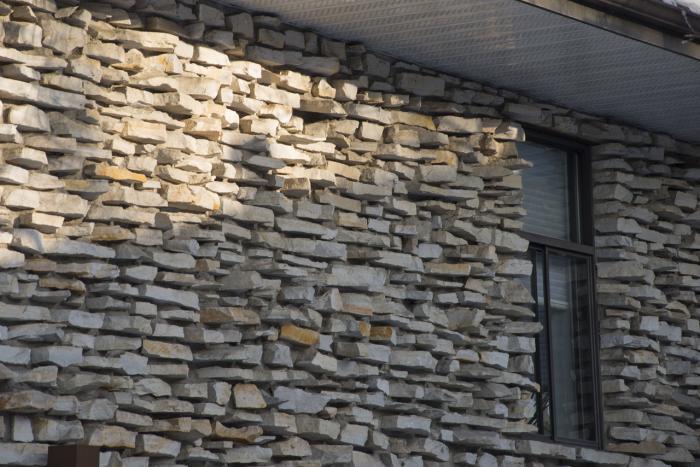 Revêtement du 1332, boulevard du Mont-Royal, qui donne une impression d'appareil assisé de pierres équarries posées à sec.