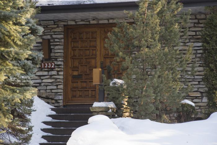 Design de la porte d'entrée en bois du 1332, boulevard du Mont-Royal.