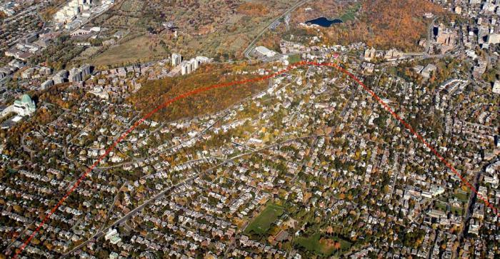 Le flanc sud-ouest correspond avec le versant sud-ouest de la colline de Westmount. Il est en relation avec Westmount. Photographie aérienne.
