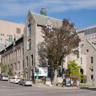 Le pavillon Duff vu à l'intersection de la rue University et de l'avenue des Pins. Photographie.