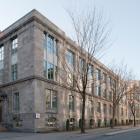 Élévations principale et latérale droite de l'Institut de recherches sur les pâtes et papiers. On remarque l'ancienne entrée principale qui donnait sur la rue Sherbrooke Ouest, aujourd'hui cachée par le pavillon Otto-Maass de chimie. Photographie.