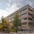 Élévation rue University du pavillon Ernest Rutherford de physique. Photographie.
