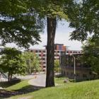 Vue de la résidence McConnell, derrière le réfectoire Bishop Mountain. Photographie.