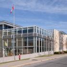 Élévations latérale gauche et principale du Centre des technologies de fabrication en aérospatiale. Photographie.