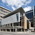 Élévations principale et latérale droite de l'Institut de recherches cliniques de Montréal. On remarque, par leur traitement, une partie des ajouts faits au bâtiment initial au fil du temps. Photographie.