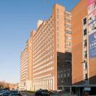 L'élévation principale de l'édifice Cedar Avenue (ailes D et E) de l'Hôpital général de Montréal, donnant sur l'avenue Cedar. Photographie.