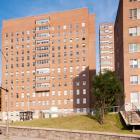 L'élévation principale du Nora Livingston Hall, donnant sur l'avenue Cedar. Photographie.