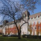 L'aile construite en 1881 forme l'extrémité est du pavillon principal du collège. Photographie.