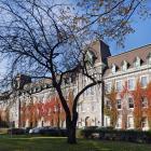 L'aile construite en 1889 constitue aujourd'hui la partie centrale du pavillon principal du collège. Photographie.