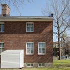 La façade arrière de la maison Thomson comporte une distribution asymétrique des ouvertures, tout comme à l'avant. Photographie.