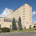 Le pavillon Lalemant présente un volume vertical de huit étages flanqué de deux ailes horizontales. La tour verticale, percée de nombreuses fenêtres, abrite notamment des résidences d'étudiants. Photographie.