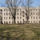 La résidence des Pères, ou Centre Vimont, est adossée au pavillon principal du collège et fait face à un boisé comprenant des espaces de promenade. Photographie.
