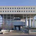 La façade principale de l'Édifice Côte-Sainte-Catherine de HEC Montréal, avec son entrée monumentale référant aux styles architecturaux du passé. Photographie.