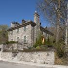 La maison William H. Chase, un ensemble massif créé par l'uniformité du traitement et du matériau des différentes composantes bâties.