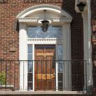 Les portails d'entrée du 1315 et du 1317, rue Redpath-Crescent, avec leur arc surbaissé appuyé sur des piédroits.