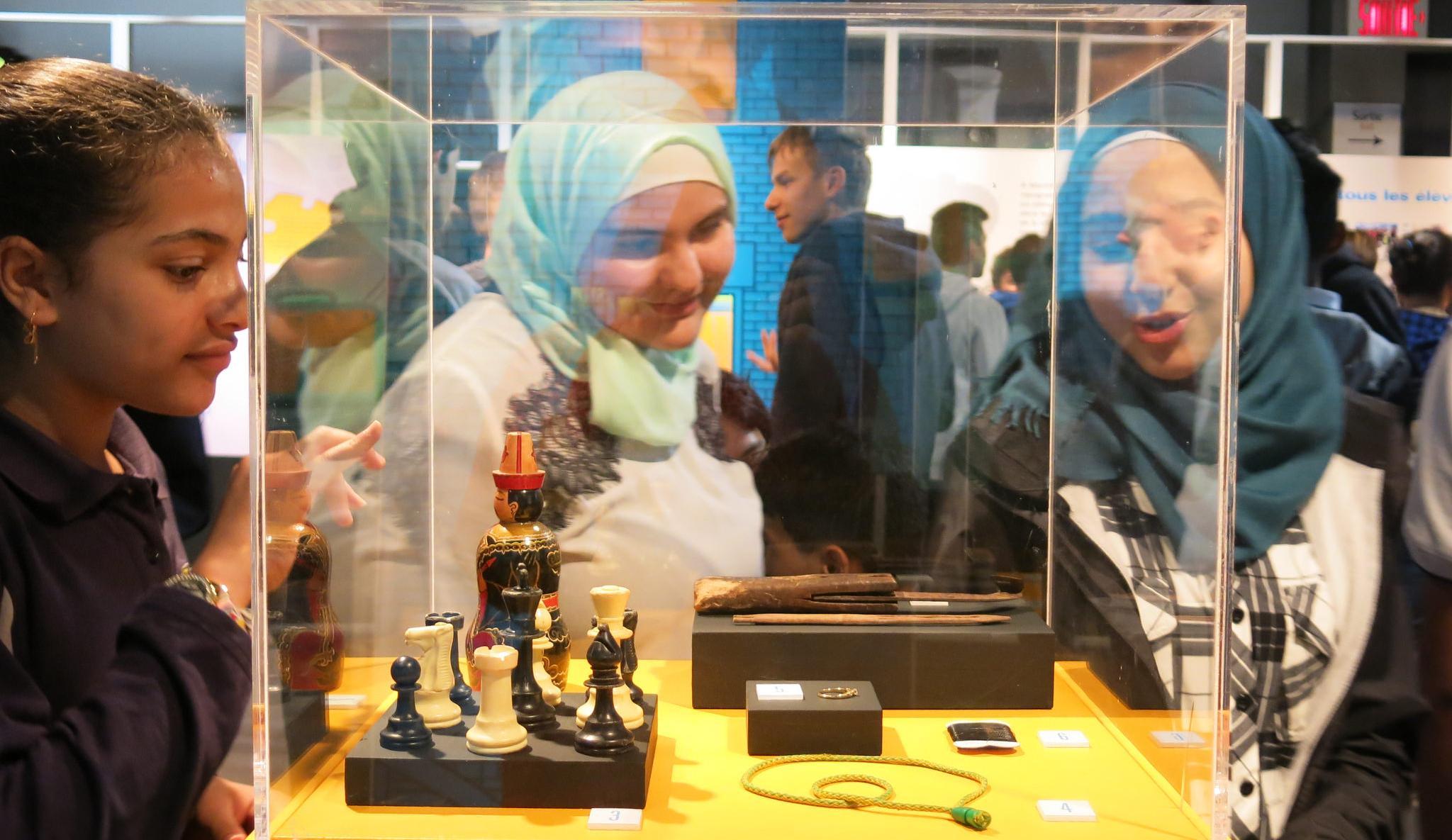 Élèves visitant l'exposition J'arrive à Montréal