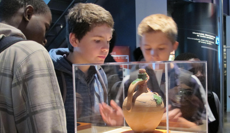 Photo d'élèves regardant une jarre pour le vin