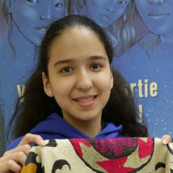 Photo d'une élève avec son trésor de famille