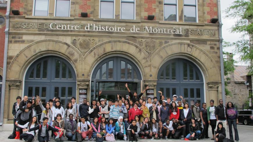 """Exposition """"Moi, mes racines"""" dans le cadre du projet """"Vous faites partie de l'histoire!"""", édition 2011-2012. Événement du 4 juin 2012 en après-midi avec cinq classes d'accueil des écoles Saint-Luc, Calixa-Lavallée, Lucien-Pagé et Saint-Henri."""