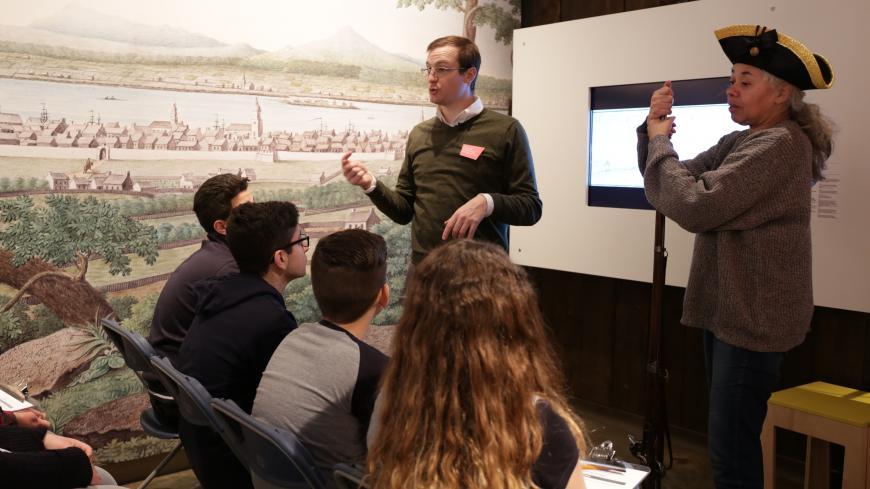 Un animateur et une comédienne devant un groupe d'élèves